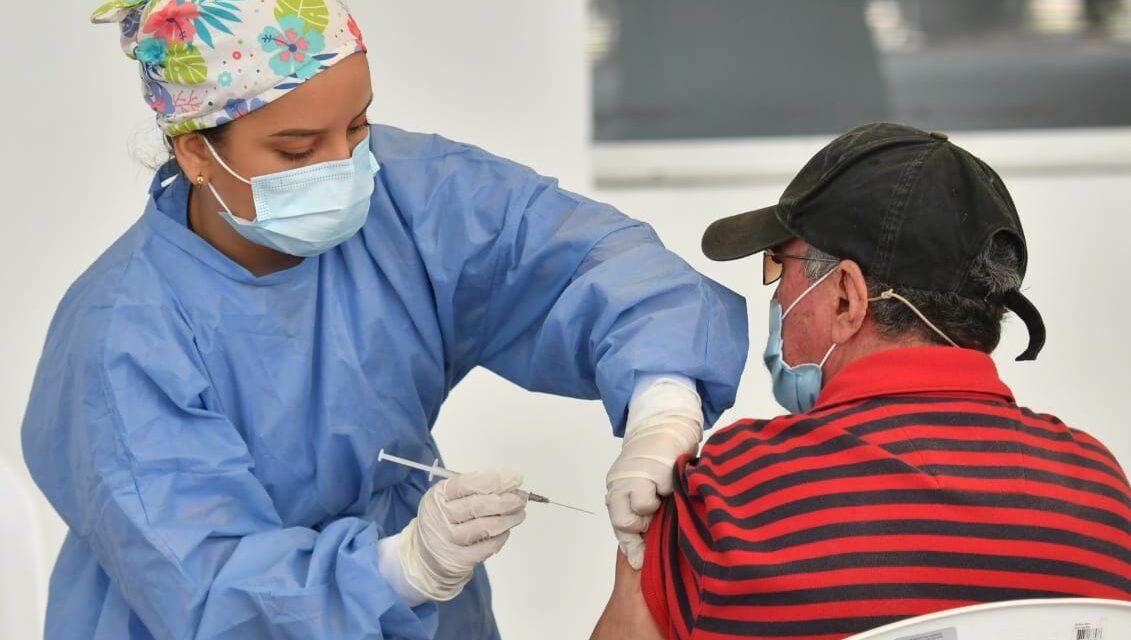 Avanza en Cali vacunación contra Covid-19 en adultos mayores de 65 años y personal de la salud
