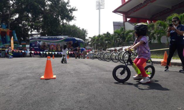 En la Ciclovida se enseña a montar en bicicleta a los niños caleños